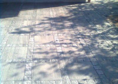 40×40 fliser med bånd af chaussésten fuget med mørk stenmel