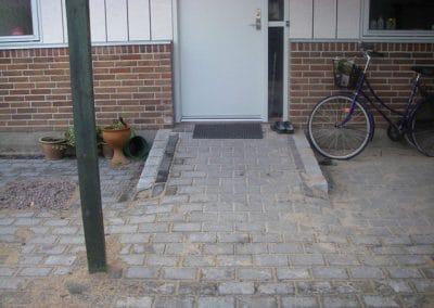 Handicapvenlig have med fliser og ramper
