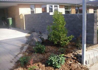 Stor mur til afskærmning af haven og lille bed