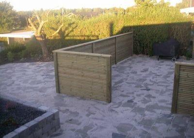 Hel ny baghave med fliser og hegn. vedligeholdesesfri