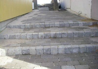 Omlægning af brugte fliser til ny trappe og flisesti