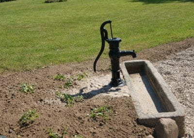 Opsat vandpost med granittrug